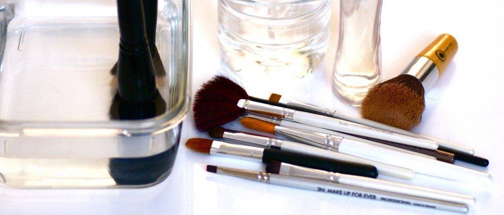 Astuces maquillages! Nettoyer_ses_pinceaux-1024x437