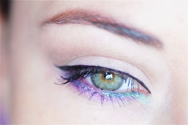 maquillage yeux turquoise violet